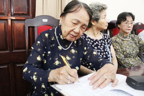 """Nhà thơ Dương Tuyết Lan: """" Của riêng còn một chút này""""…"""