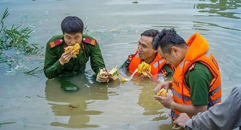 Cán bộ chiến sĩ CAND ngâm mình trong nước lũ cứu đê
