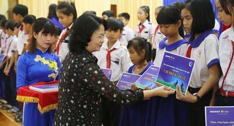 """Tặng học bổng """"An sinh giáo dục-xe đạp đến trường"""" cho trẻ em hiếu học tại An Giang"""