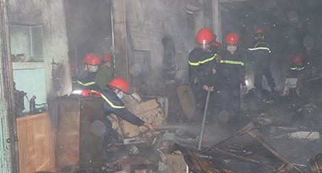 Chữa cháy chợ tạm, một chiến sĩ cứu hỏa bị thương
