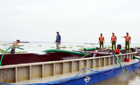 Cán bộ Công an tỉnh Bến Tre phát hiện, xử lí phương tiện khai thác cát trái phép trên sông Hàm Luông.