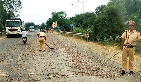 CSGT thu dọn đá dăm trên đường Quốc lộ 19 - Ảnh minh hoạ 2