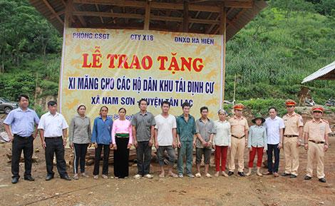 Tặng 40 tấn xi măng cho các hộ dân khu tái định cư huyện Tân Lạc, Hòa Bình