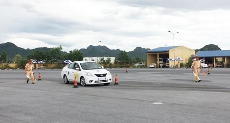 Thi lái xe giỏi và an toàn trong lực lượng CAND