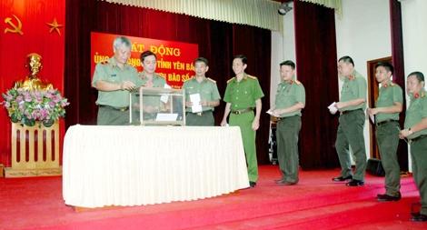 Công an tỉnh Yên Bái quyên góp ủng hộ đồng bào vùng lũ