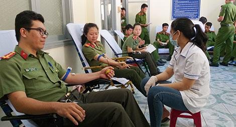 """Tuổi trẻ Công an tỉnh Phú Yên: """" Hiến máu cứu người - Nghĩa cử cao đẹp"""""""