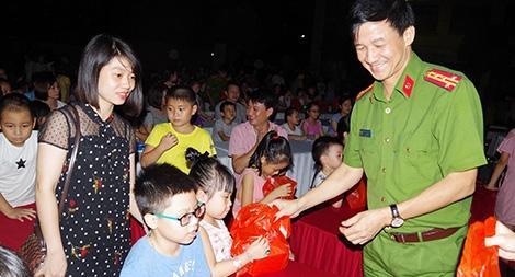 Công an các địa phương tặng quà nhân dịp Tết Trung thu