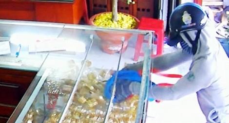 Khen thưởng các đơn vị bắt đối tượng gây 4 vụ trộm cắp tại các tiệm vàng