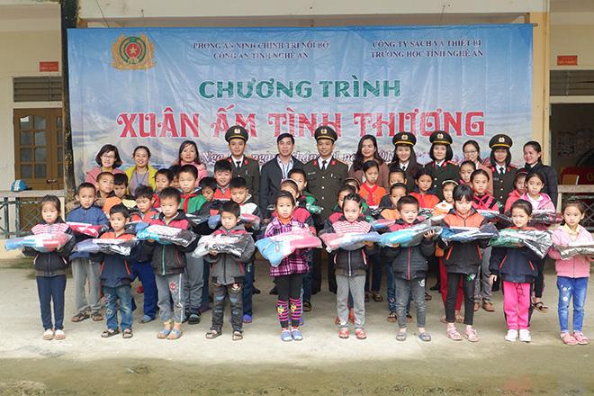 Công an Nghệ An tặng quà Tết cho các em học sinh miền núi