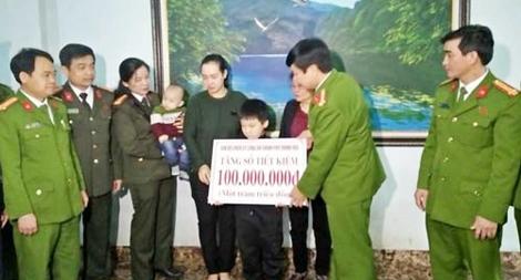 Trao sổ tiết kiệm 100 triệu đồng cho gia đình cán bộ Công an có hoàn cảnh khó khăn