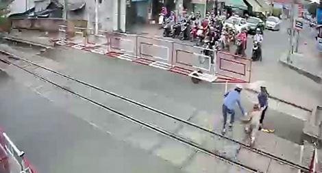 Hai nữ nhân viên gác chắn dũng cảm cứu cụ bà trên đường ray khi tàu đang tới