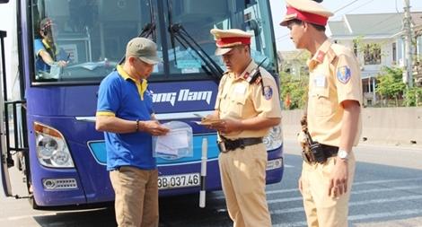 Cảnh sát giao thông bám mặt đường đảm bảo giao thông