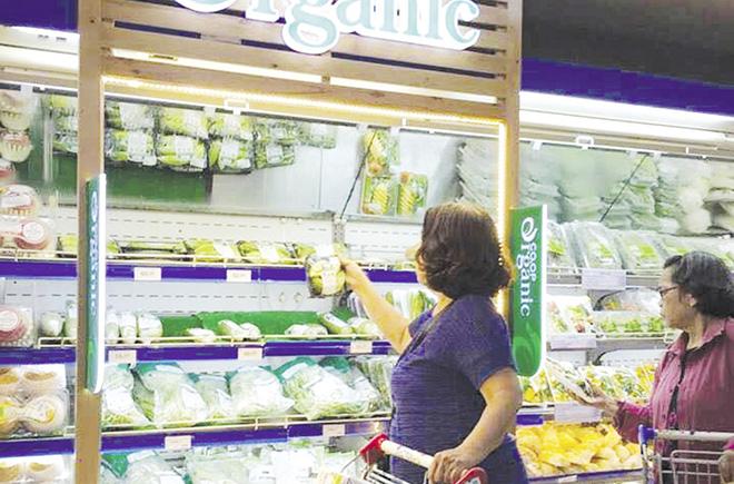 Sản phẩm hữu cơ bán trong siêu thị, nhưng chưa tiêu thụ nhiều vì giá còn khá cao.