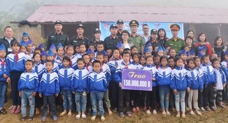 Trao 150 triệu đồng tặng trường tiểu học Mường Lống 2 hỗ trợ xây nhà bán trú