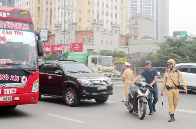 Theo chân CSGT Hà Nội xử lý vi phạm giao thông trên đường vành đai 3 trên cao