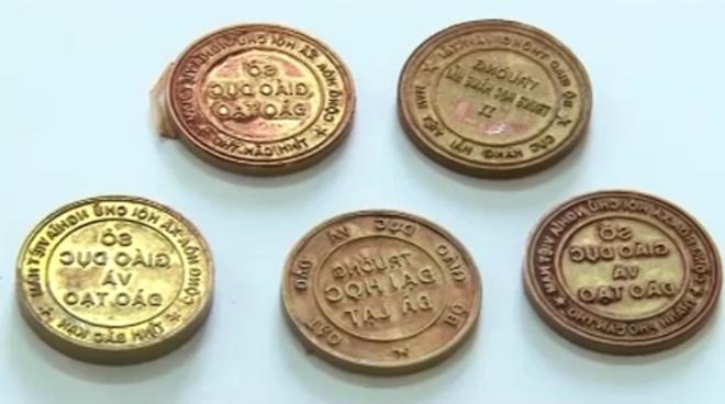 Một số mẫu con dấu giả thu được tại chỗ ở của Hoàng.