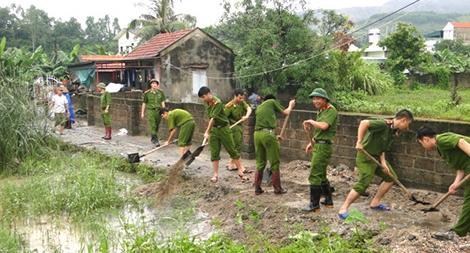 Công an huyện Yên Thủy làm nhiều việc tốt phục vụ nhân dân