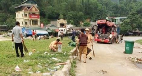 Sau cấp cứu nạn nhân và khám nghiệm, CSGT Hòa Bình cật lực thu dọn hiện trường vụ xe tải đâm xe khách