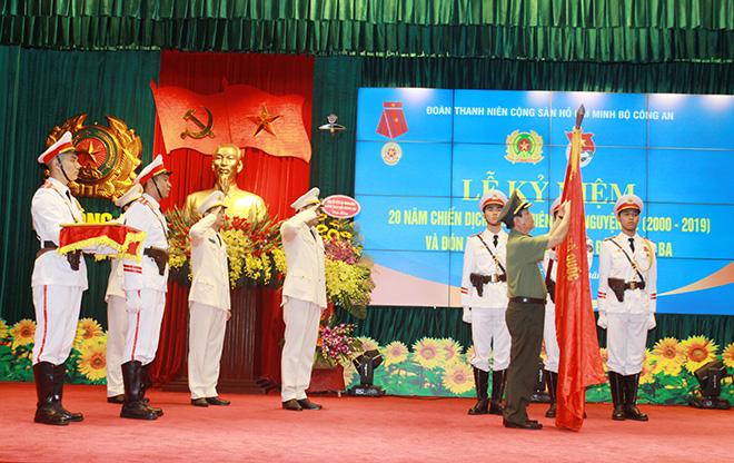 Đoàn Thanh niên Trường Đại học PCCC nhận Bằng khen của Bộ trưởng Bộ Công an tại Lễ Kỷ niệm 20 năm Chiến dịch Thanh niên tình nguyện Hè