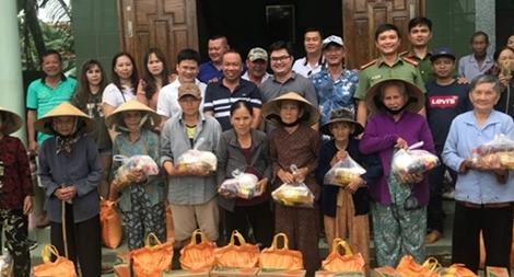 Tuổi trẻ Công an Phú Yên tặng quà cho người nghèo