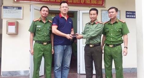 Trung úy Công an trả lại ví tiền cho người đánh rơi