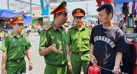 Học viện CSND và CA tỉnh Nghệ An tặng quà cho CBCS có hoàn cảnh khó khăn