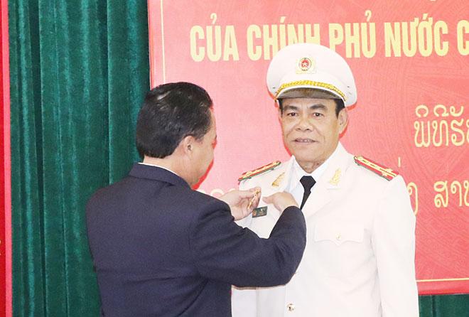 Giám đốc Công an tỉnh Hà Tĩnh nhận Huy chương phát triển của Chính phủ Lào - Ảnh minh hoạ 2