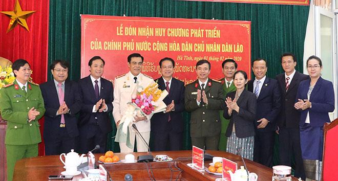 Giám đốc Công an tỉnh Hà Tĩnh nhận Huy chương phát triển của Chính phủ Lào - Ảnh minh hoạ 4