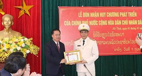 Giám đốc Công an tỉnh Hà Tĩnh nhận Huy chương phát triển của Chính phủ Lào