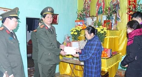 Công an tỉnh Lào Cai trao 300 triệu đồng ủng hộ gia đình 3 liệt sỹ hi sinh tại Đồng Tâm