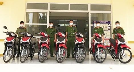 Công an Đắk Nông trang cấp xe mô tô cho lực lượng Công an xã chính quy