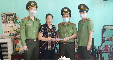 Cục Khoa học, Chiến lược và Lịch sử CA thăm gia đình Liệt sĩ hi sinh tại Đồng Tâm