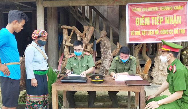 Hiệu quả từ công tác vận động người dân giao nộp vũ khí, vật liệu nổ