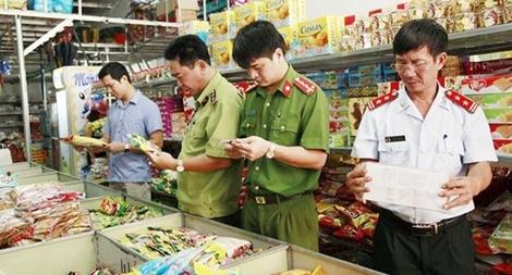 Lực lượng chức năng kiểm tra về an toàn thực phẩm trên địa bàn TP Hà Nội.