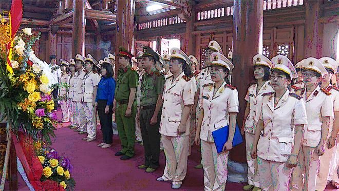 Đoàn thanh niên và Hội phụ nữ Công an tỉnh Thái Bình báo công dâng Bác