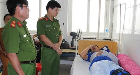 Một chiến sỹ Công an bị thương trong khi làm nhiệm vụ