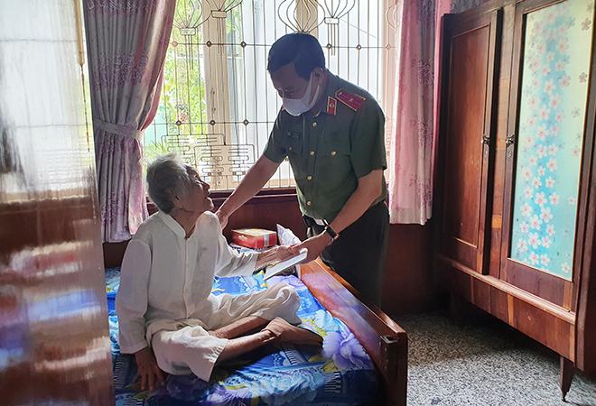 Thứ trưởng Lê Tấn Tới thăm gia đình các đồng chí nguyên lãnh đạo Bộ Công an - Ảnh minh hoạ 3