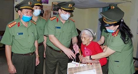 Thăm tặng quà các mẹ Việt Nam Anh hùng trên địa bàn tỉnh Hà Nam