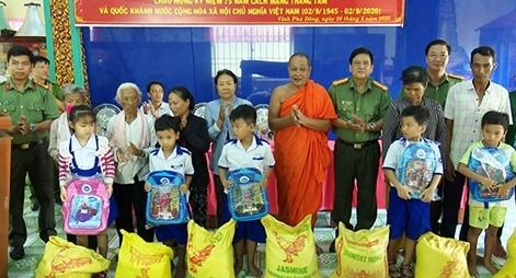 Công an tỉnh Bạc Liêu tặng quà đồng bào Khmer