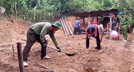 Hỗ trợ làm nhà cho hộ nghèo ở xã Mù Cả