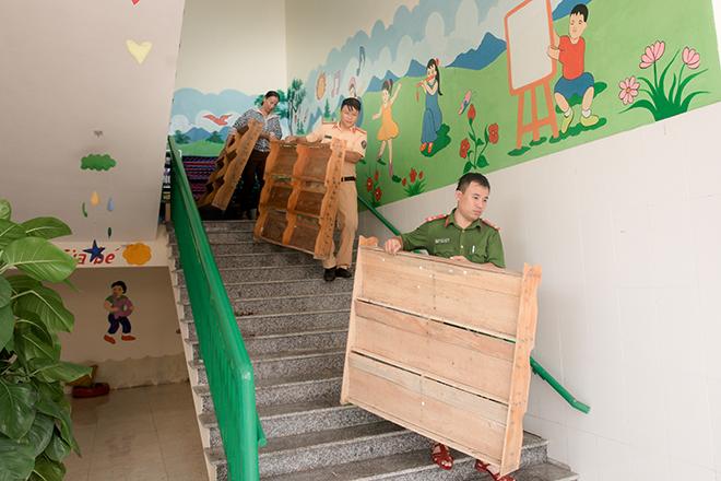 Công an bám địa bàn, giúp trường học, khắc phục hậu quả bão số 5 - Ảnh minh hoạ 7