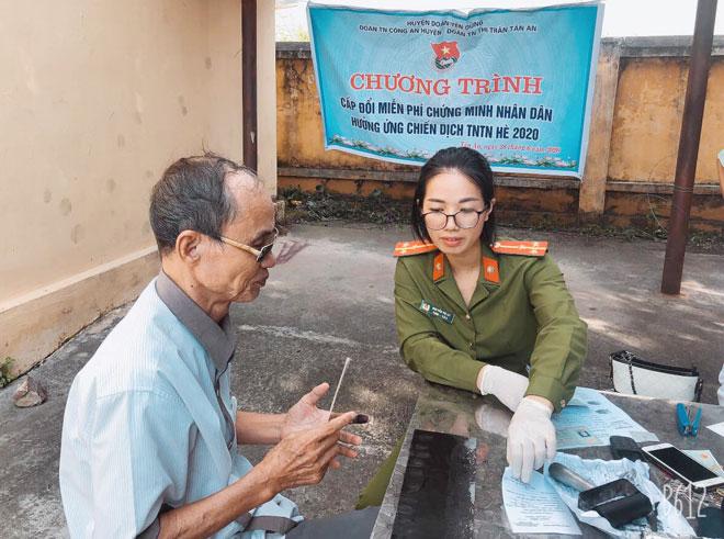Cán bộ chiến sĩ Công an Bắc Giang tận tình hướng dẫn người dân làm căn cước công dân.