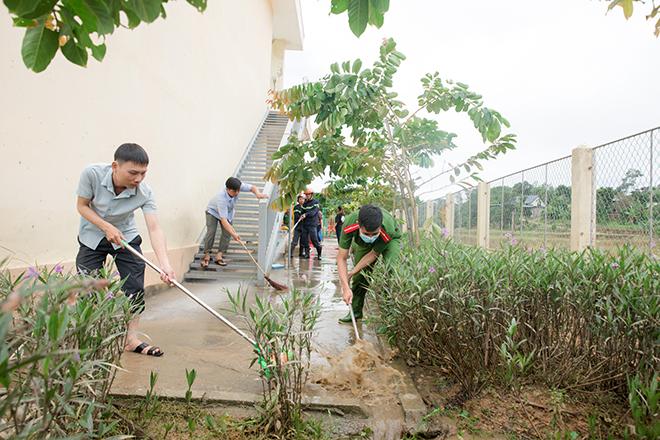 Công an bám địa bàn, giúp trường học, khắc phục hậu quả bão số 5 - Ảnh minh hoạ 2