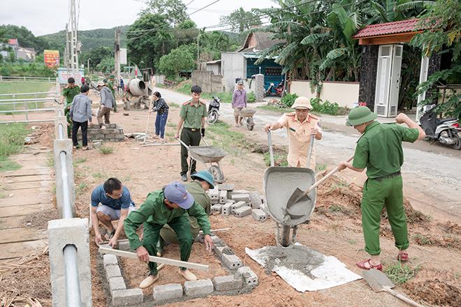 Tranh thủ ngày nghỉ, CBCS Công an, giáo viên về làng làm nông thôn mới - Ảnh minh hoạ 3