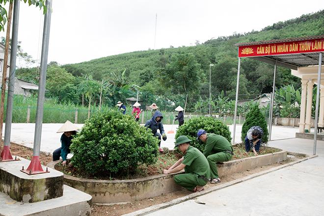 Tranh thủ ngày nghỉ, CBCS Công an, giáo viên về làng làm nông thôn mới - Ảnh minh hoạ 6