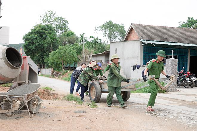 Tranh thủ ngày nghỉ, CBCS Công an, giáo viên về làng làm nông thôn mới - Ảnh minh hoạ 2