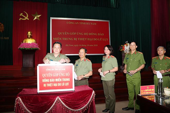 Công an tỉnh Hà Nam phát động CBCS ủng hộ đồng bào miền Trung bị lũ, lụt