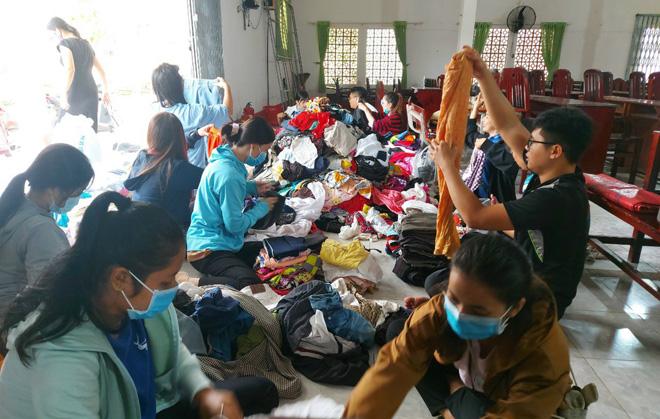 Người dân Sóc Trăng gói bánh, góp quần áo ủng hộ đồng bào miền Trung - Ảnh minh hoạ 6