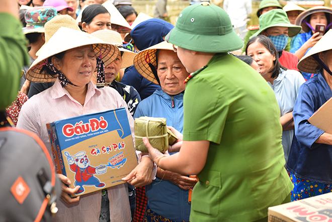 Tặng quà hỗ trợ người dân vùng