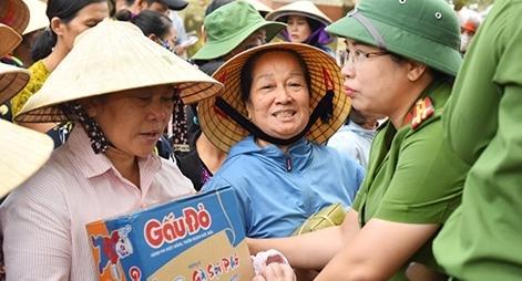 """Tặng quà hỗ trợ người dân vùng """"rốn lũ"""" Quảng Bình"""